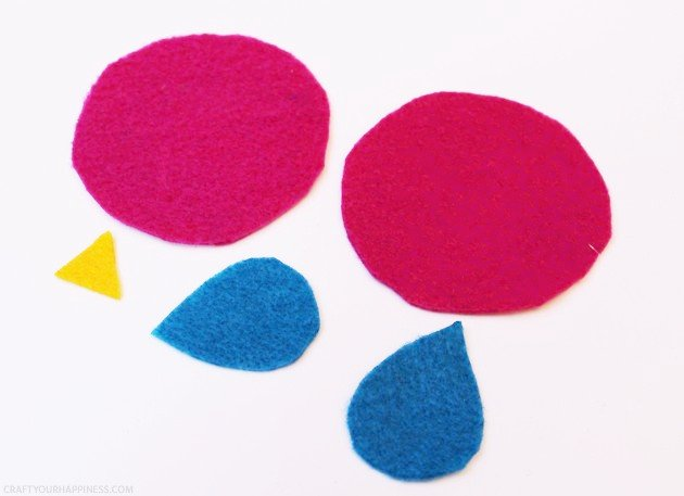 These little birdie DIY hand warmers are great for sticking in kid's pockets on a cold winter day. Best of all they are no sew! All they take is a little felt, rice, a glue gun and black marker. Place them in a microwave for 10 to 15 seconds as needed! We have two size patterns for you.